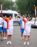 图文-奥运圣火在唐山传递 牛剑锋张胜利展示火炬