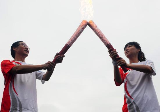 图文-奥运圣火在唐山传递 钱红刘之俊交接瞬间