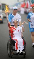 图文-奥运圣火在唐山传递 残疾人火炬手李禹辉