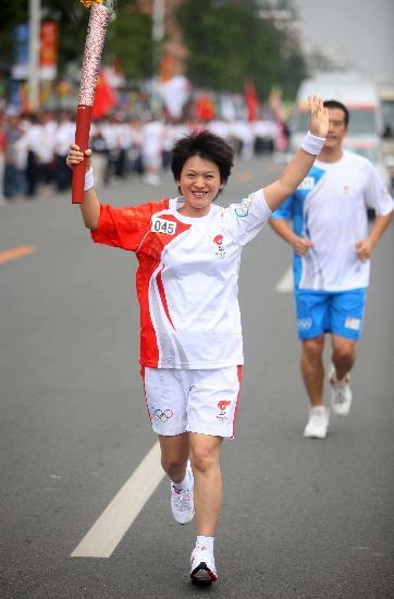 图文-奥运圣火在河北唐山传递 郭玉红传递火炬