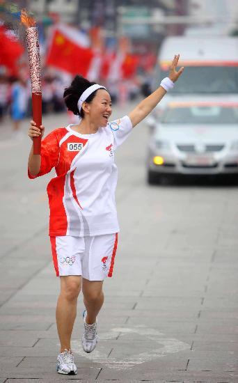 图文-奥运圣火在唐山传递 叶菲向观众挥手致意