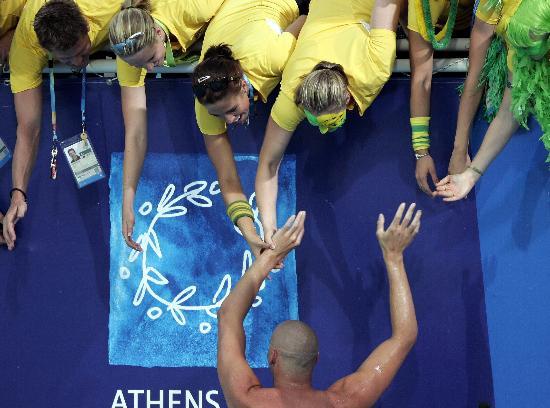 图文-他们这样庆祝胜利 哈克特雅典接受队友祝贺