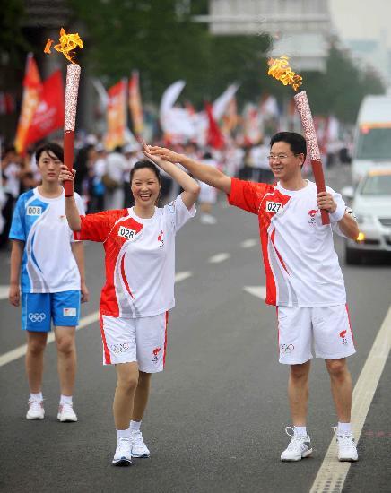 图文-奥运圣火在河北唐山传递 蔡建平与李致华交接