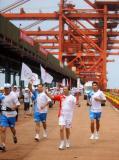 图文-奥运圣火在唐山传递 曹妃甸码头激情传递