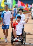 图文-奥运圣火在唐山传递 残疾人火炬手任增田