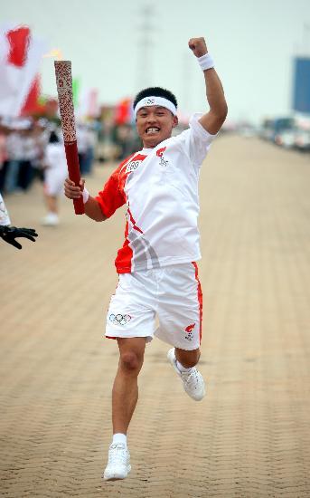 图文-奥运圣火在河北唐山传递 火炬手周俊维