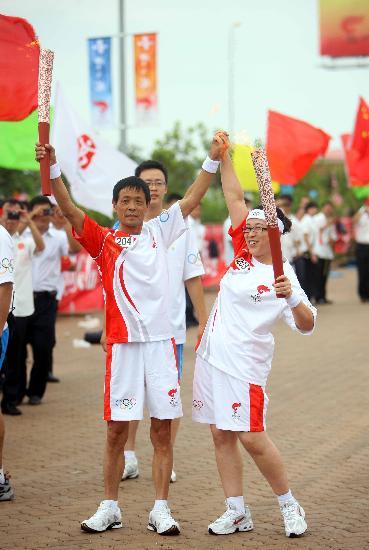 图文-奥运圣火在唐山传递 火炬手张立君与秦玉合