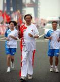 图文-奥运圣火在天津传递 冯骥才在进行传递