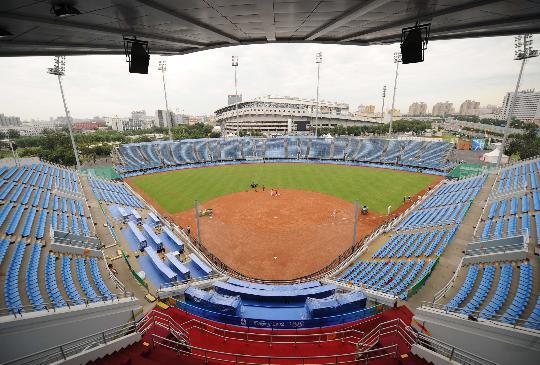 图文-丰台垒球场为奥运比赛做准备 火山红土来自台湾