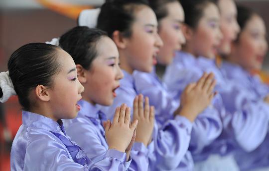 图文-土库曼斯坦代表团举行升旗仪式 中国小朋友演唱