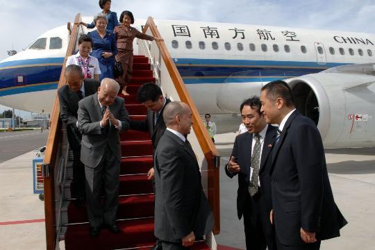 图文-柬埔寨国王太皇太后抵京 张茅首都机场迎客