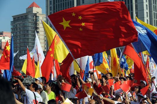 图文-奥运圣火继续在天津传递 群众现场加油助威