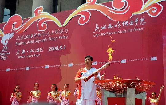 图文-奥运圣火继续在天津传递 王宝泉点燃圣火盆