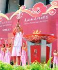 图文-北京奥运圣火继续在天津传递 天津女排主帅