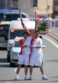 图文-北京奥运圣火继续在天津传递 新颖的交接造型