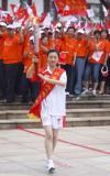 图文-奥运圣火在四川广安传递 救灾英雄传首棒