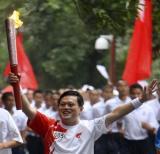 图文-奥运圣火四川广安传递 抗震救灾胜利者的欢呼
