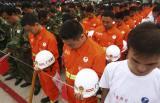 图文-奥运圣火在四川广安传递 消防战士庄严默哀