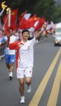 图文-奥运圣火在乐山传递 火炬手冯凰竖起拇指