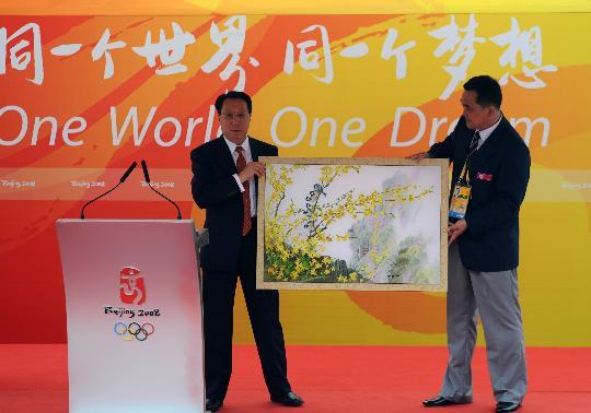 图文-朝鲜代表团举行升旗仪式 向奥组委赠送礼物
