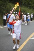 图文-奥运圣火在乐山传递 手持圣火为奥运加油