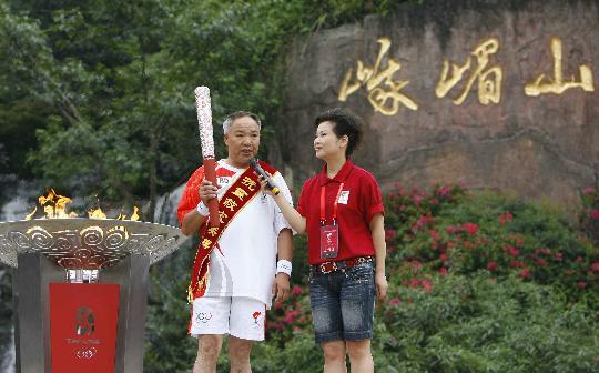 图文-奥运圣火在乐山传递 谭国强峨眉山下受采访