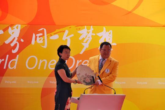 图文-蒙古国代表团举行升旗仪式 赠送奥运进村礼品