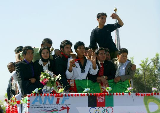 图文-阿富汗跆拳道运动员摘铜凯旋 英雄被簇拥