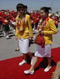 图文-奥运金牌运动员代表团抵港 双冠王身披花环