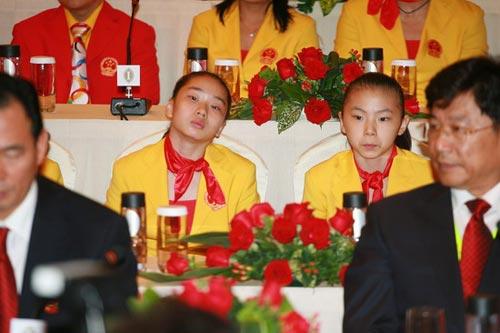 图文-中国奥运金牌运动员记者会 两位体操小丫