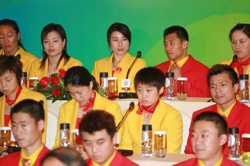 图文-中国奥运金牌运动员记者会 郭跃王楠小憩