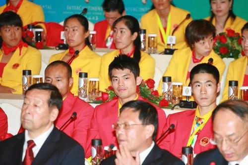 图文-中国奥运金牌运动员记者会 超级丹帅气发型
