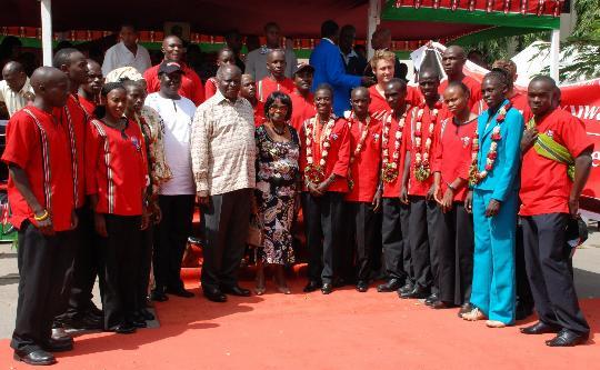 图文-肯尼亚总统接见奥运代表团 与运动员合影