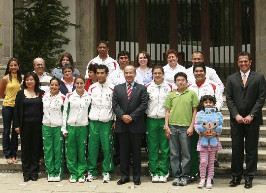 图文-墨西哥总统接见奥运获奖运动员 福娃现身合影