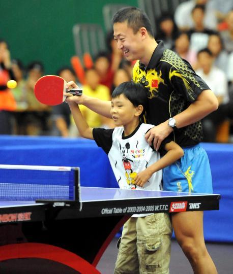图文-国家乒乓球队赴香港访问表演 手把手传授
