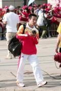 图文-金牌代表团在香港参加升旗礼 肖钦也在拍照