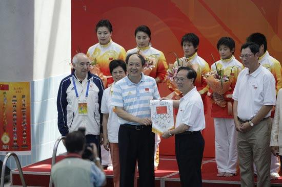图文-国家跳水队赴香港访问表演 双方交换礼物