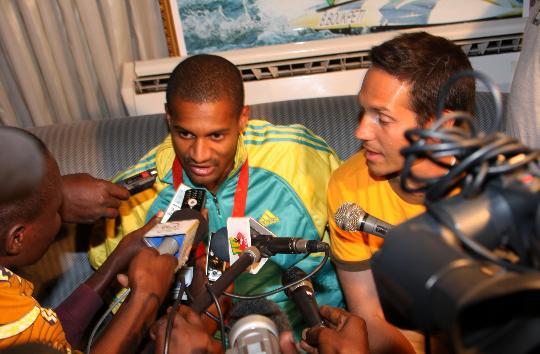 图文-多哥首枚奥运奖牌获得者回国 接受媒体采访