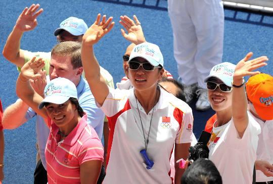 图文-奥运冠军畅游香港海洋公园 向游人挥手致意