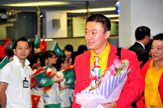 图文-内地奥运冠军代表团抵达澳门 马琳手捧鲜花