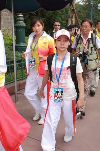 图文-奥运冠军游香港迪斯尼乐园 何雯娜若有所思