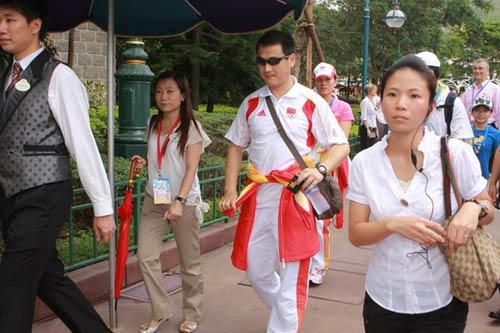 图文-奥运冠军游香港迪斯尼乐园 墨镜遮住本来面目