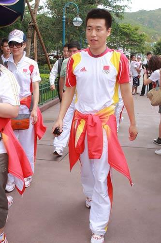 图文-奥运冠军游香港迪斯尼乐园庞伟英气勃勃