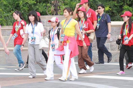 图文-奥运冠军游香港迪斯尼乐园 何雯娜一袭黄衣