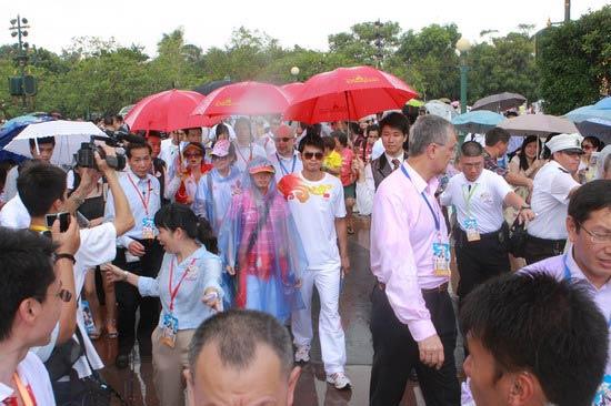 图文-奥运冠军游香港迪斯尼乐园 林丹与郭跃同行