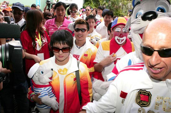 图文-奥运冠军游香港海洋公园 陈若琳若有所思