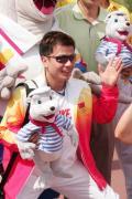 图文-奥运冠军游香港海洋公园 张湘翔挥一挥手