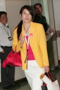 图文-内地奥运冠军代表团抵达澳门 郭晶晶招手致意