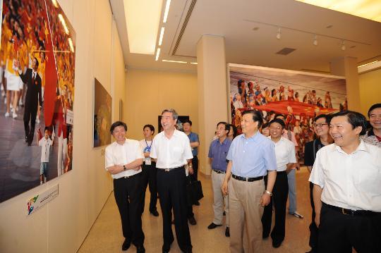 图文-2008北京奥运会大型新闻图片展 刘云山参观