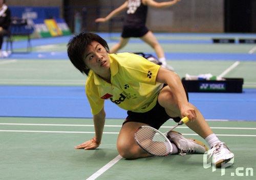 图文-日本羽毛球赛资格赛朱晶晶奋力倒地救球
